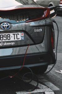 Ładowanie samochodu hybrydowego